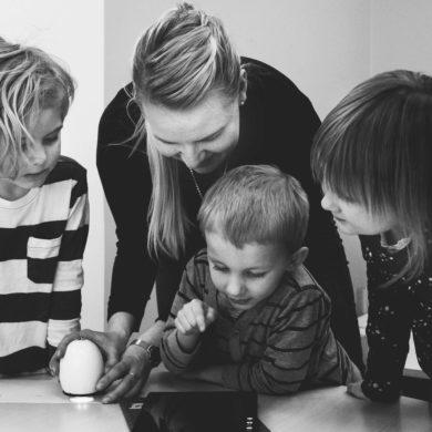 children-family-indoors-1028009